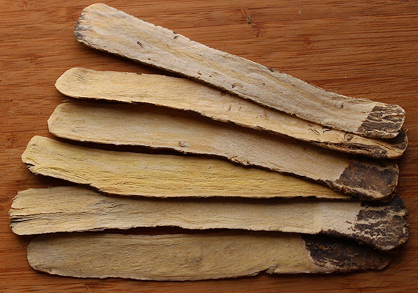 astragalus-benefits-root-slices