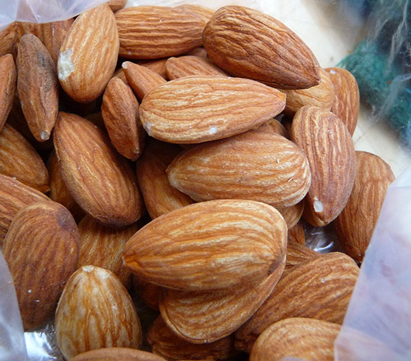 benefits-of-almond-milk-and-almonds