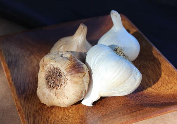 black-garlic-fermentation-or-aged
