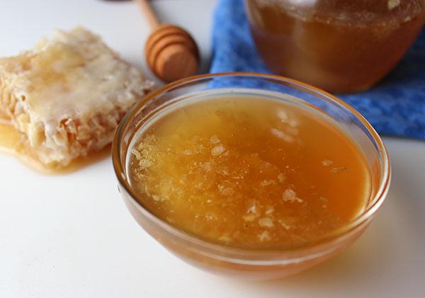 raw-organic-honey-dish
